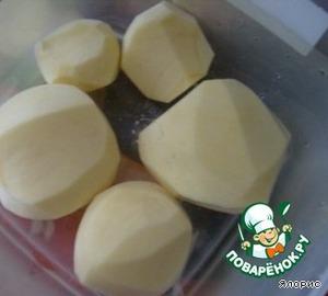 6. Когда горох уже практически готов, кладем мелко нарезанный картофель и соль, при желании - зелень.