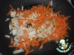 На оливковом масле (можно и на растительном без запаха) обжариваем морковь и сельдерей (корневой), нарезанные соломкой.