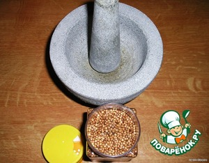 Now we need to prepare the coriander, whereby, however, this chicken got its name. You can use a ready-made, ground coriander, but I strongly recommend to grind coriander seeds yourself.