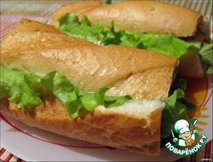 Намазываем нижнюю часть майонезом размешанным с измельченным чесноком, кладем лист салата, лук нарезанный полукольцами, тунец, опять смазываем майонезом, кладем кусочек сыра, накрываем крышечкой и ставим либо в микроволновую печь на пару минут либо в духовой шкаф на 5-10 минут. Приятного аппетита!