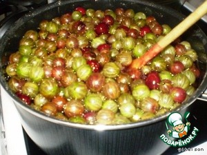 Bring to a boil and cook the jam on low heat, removing the foam.