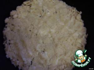 Готовим тесто из муки, сахара, масла и 0,5 ч. л. гашенной соды и выкладываем в форму. Можете просто взять готовое слоеное тесто - раскатать и в форму.