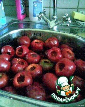 У перцев удалить плодоножку, семена и вымыть.