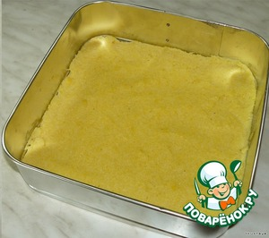 Cook polenta (grits)  In a pot, boil 1 litre of water, put salt. Stirring with a whisk to make into boiling water and a funnel, gradually pour the flour. Cook, constantly stirring with a wooden spoon, 25-30 minutes.  Split mold rinsed with cold water, pour it into the polenta.