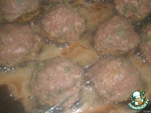 Roll of minced meat balls the size of plums. Heat the oil and fry on all sides keftedes until Golden brown. Cover and cook 7 minutes.