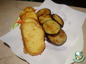 Spread croutons and eggplant on a napkin (below emerged excess fat).