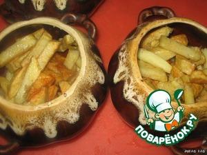 В горшочки раскладываем обжаренный картофель.