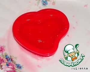 If You have the smallest mold-heart has a bottom, then immediately pour it into the jelly mixture and cool. I had to Tinker because they used the mold for the cookie without a bottom: pour a little jelly on the bottom of the dish, set the mold, cool it, and pour the remaining jelly mixture to the brim. Cool.