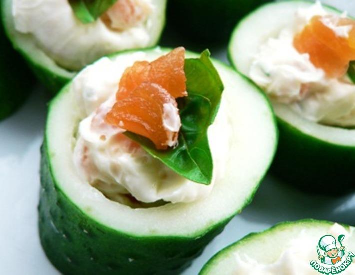 Рецепт: Огурцы со сливочным сыром и красной рыбой