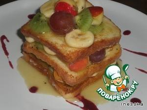Затем тарелку украсить полосками, капельками любого варенья и сделайте пирамиду из гренок и фруктов. Выходит три слоя гренок и два слоя фруктов.