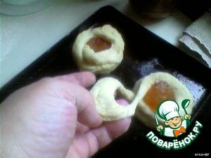 Кружок теста укладываем на смазанный лист для выпечки, на серединку горкой кладем варенье (яблоки твердые, недозрелые очистить, пропустить через мясорубку, добавить сахар по вкусу и проварить 20-30 минут).   Оставшийся ободок из теста укладываем восьмеркой вокруг варенья.