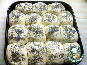Через час смазать булочки взбитым яйцом с обавлением 1 ст.л. воды, посыпать маком и поставить в разогретую до 190 градусов духовку.
