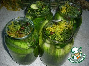 Pour cucumbers in banks marinade, cover with lids.