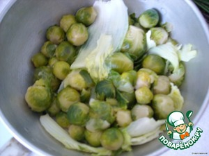 The Brussels sprouts to lay in boiling water and when the water boils put the cabbage disassembled on the leaves,boil (but do not overcook) and drain in a colander.
