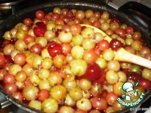 Уваривать до того момента, когда ягоды станут прозрачными (на снимке еще не совсем готово!).