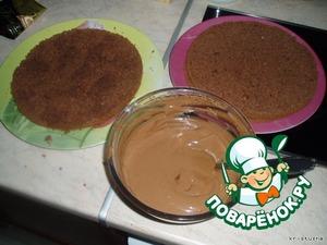 Постепенно, порциями, добавляем к взбитому маслу заварной крем. Взбиваем масляную смесь каждый раз после добавления очередной порции заварного крема.    Ставим готовый крем в холодильник минут на 20, чтобы он немного загустел.    В этот момент не теряем время, моем посуду :)   Пропитываем коржи приготовленной пропиткой для торта. Смазываем коржи кремом.