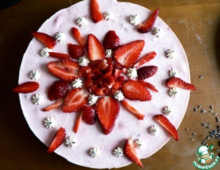 Рецепт: Йогуртово-клубничный торт с лавандовым бисквитом