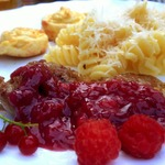 Утиная грудка под соусом из малины и смородины