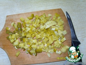 cut into cubes pickled cucumbers and also spread to the peas and onions