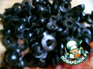 Маслины (оливки) – откладываем 10 штук для украшения, остальные режем колечками   Все смешиваем, добавляем по вкусу соль и любые специи, заправляем растительным маслом, выкладываем в салатник или на тарелку и выкладываем по кругу 10 оставшихся маслин.   Приятного аппетита!