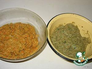Приготовить фарш. Мясо двух видов пропустить через мясорубку.    Половину батона нарезать на кусочки и замочить в воде. Морковь протереть на крупной терке.   В смешанный фарш пропускаем через мясорубку лук, чеснок, размоченный (слегка отжатый) батон.    Добавляем взбитое яйцо с солью, горчицу, приправу хмели-сунели. Хорошо вымешиваем и делим пополам.   В одну половину добавляем морковь, в другую мелко порезанную зелень. Опять хорошо вымесить.