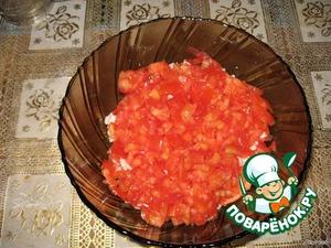 Соломкой нарезаем помидоры.