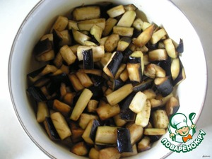 Cut the eggplant into cubes, sprinkle with salt and leave for 20 minutes.