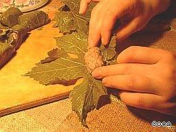 Фарш заворачиваем в виноградные листья с изнаночной стороны.