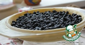 and to pave them a form. Sprinkle the bottom with breadcrumbs, spread them mixed with sugar and starch blueberries: