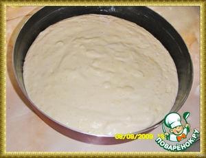 Разогреть духовку до 170*С.    Промаслить и застелить пергаментом (20 см) круглую форму, у меня 28 см    Выложить тесто в приготовленную форму.