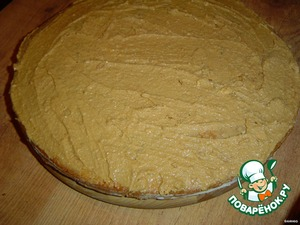 Prepare the cream (beat butter with condensed milk) and grease the cake of larger diameter.