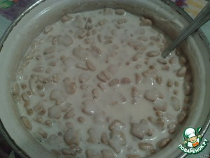 In a bowl with sour cream add crackers and steamed raisins. Carefully vymeshivayut.