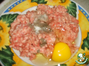 In mince put the egg, black pepper and salt. And thoroughly mix.