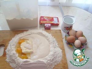 В полстакана подогретого молока кладем дрожжи и щепотку сахара (на кончике ложки). Хорошо размешиваем, пусть постоит, должно сильно запениться. Затем замешиваем тесто из этого молока с дрожжами, яиц, размягченного сливочного масла, щепотки соли и муки. САХАРА НЕ КЛАСТЬ!