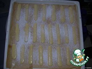 Посыпьте печенье сахарной пудрой через ситечко. Подождите, пока пудра немного