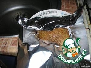 Обжаренное мясо завернуть в фольгу.