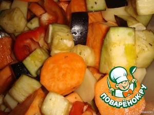 Овощи моем, чистим, картофель и батат режем кружками, перец крупными кусочками. С баклажана я кожу не снимала и горечь не выпускала! Овощи солим, присыпаем приправами, сбрызгиваем оливковым маслом.