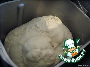 Замесить тесто из    Сухие дрожжи 1,5 ч.л.    Мука - 500 г    Соль - 1 ч.л.    Сахар - 0,5 ст.л.    Маргарин растопить - 50 г    Масло раст. - 1 ст. л.    Молоко теплое - 320 мл.       Без хлебопечки:   Поставить в теплое место до увеличения в 2 раза (примерно на 1-1,5 ч). Или замесить в печке по режиму ТЕСТО.