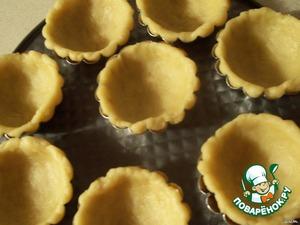 Дальше берём формочки для корзинок или для кексиков, отрываем по шарику от теста, кладём на дно формы и распределяем по всей форме, руками.       Выпекать при 200 гр. до золотистого цвета.    Сварить сироп из сахара и воды, (когда варится сироп надо его всё время мешать) когда сироп начнёт закипать, начинаем взбивать белки (10 минут).    В взбитые белки вливаем сироп и взбивать ещё 5 минут.