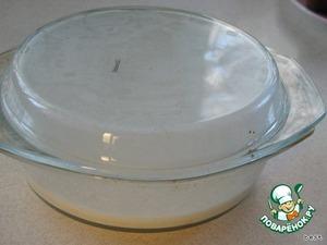 Молоко вскипятить. Залить им манную крупу, накрыть и дать настояться в течение 15 - 20 минут.