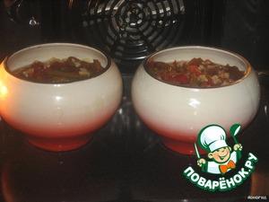 Залить 1 стаканом воды, посолить.   Поставить в предварительно разогретую духовку.