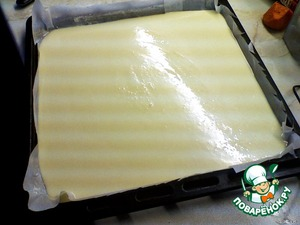 Put the pan with baking paper, grease the paper with butter.  Pour the mixture onto the paper, flatten.