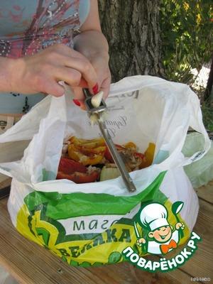 Выдавливаем чесночницей в овощи чеснок. Чеснок, кстати, можно выдавить в маринад еще дома.