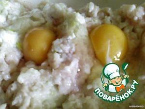 В прокрученую массу добавляем подсолнечное масло, яйца.