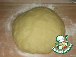 Добавляем муку и соду и вымешиваем тесто.