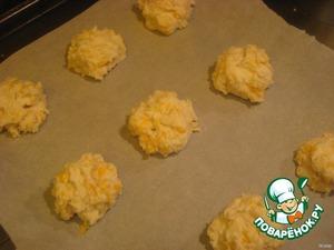 На смазанный, или покрытый противень, большими ложками выложить тесто. Выпекать при температуре 220 С 10-15 минут.