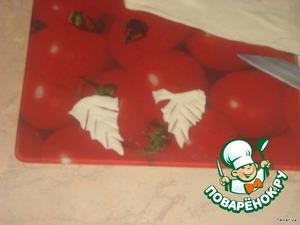 От слоеного теста отрезать полосочку размером 3 см (для листочков). Полосочку разрезать на маленькие треугольники и надсечь по краям, получаются листики.