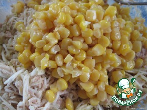 add cheese, chopped Apple and onion, sprinkle with lemon juice;  add the corn.