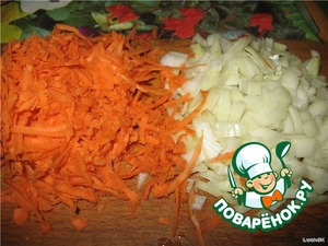 Carrots to RUB on a large grater, onion cut into not very large