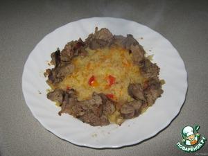 Выкладываем капусту на середину блюда и обкладываем вокруг печеночным